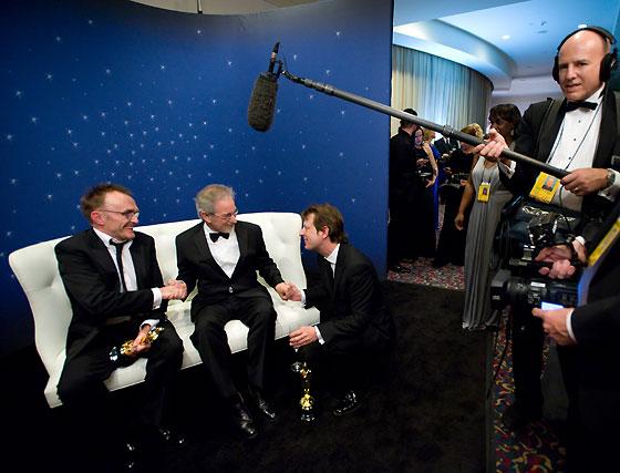 Danny Boyle, Steven Spielberg y Christian Colson, tras la entrega del premio a la Mejor Película a 'Slumdog Millionaire'.  Foto: Ampas