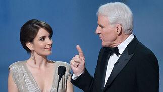 Tina Fey y Steve Martin entregaron los premios de guión.  Foto: Ampas