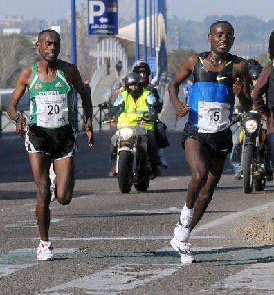 Últimos kilómetros de la prueba: varios africanos accediendo a Calle Torneo.  Foto: Juan Carlos Vázquez