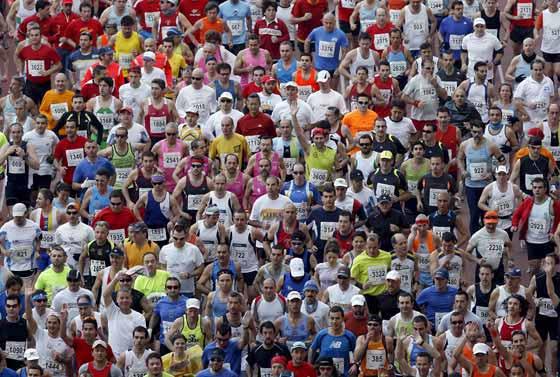 Miles de corredores toman la salida del XXV Maratón Ciudad de Sevilla, prueba en la que también se disputa el campeonato de España de esta modalidad.  Foto: Julio Muñoz (Efe)