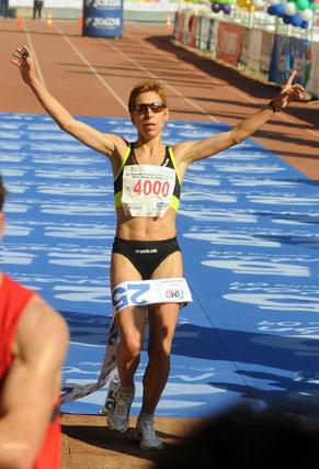 La portuguesa Marisa Barros entra como ganadora en categoría femenina del XXV Maratón Ciudad de Sevilla.  Foto: Juan Carlos Vázquez