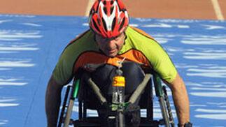 Un corredor discapacitado físico cruza la línea de meta montado sobre su silla de ruedas.  Foto: Juan Carlos Vázquez