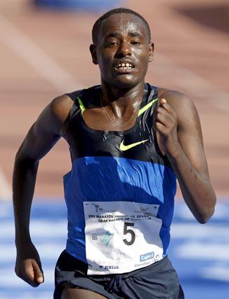 """El etíope Dogaga Haylu Abede para el crono en 2h:10':30"""", imponiéndose en la meta, en el estadio Olímpico, al etíope Hussem Adem Jenal (2h:11':25"""") y al español Rafael Iglesias, segundo y tercero respectivamente.  Foto: Julio Muñoz (Efe)"""