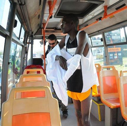 Uno de los participantes de origen africano dentro de un autobús.  Foto: Juan Carlos Vázquez