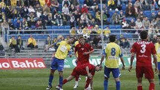 El Cádiz ganó al Linares en un partido que sólo fue capaz de desnivelar en dos acciones puntuales.  Foto: Joaquin Pino