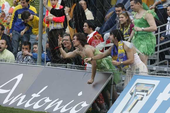 Haciendo gala de que era el primer fin de semana de Carnaval, muchos aficionados acudieron al estadio Carranza luciendo disfraz.  Foto: Joaquin Pino