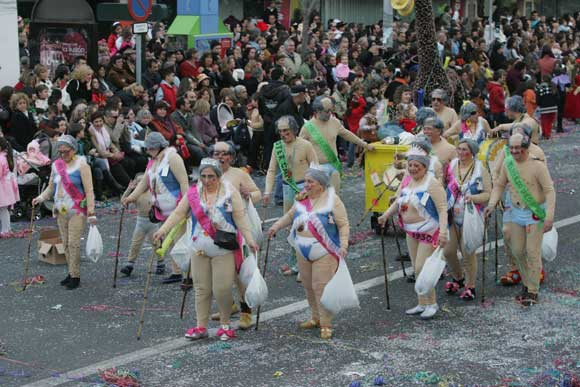 Miles de personas abarrotaron la avenida principal de Cádiz para ver un colorido desfile de disfraces y carrozas  Foto: Jesus Marin