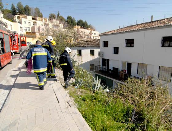 Los bomberos tuvieron que emplear una grúa para sacar el vehículo del patio.  Foto: Jesus Ochando