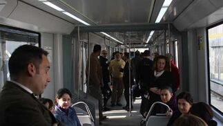 Aspecto del interior de los vagones del metro con personas que han visitado el transporte.  Foto: Jose Angel Garcia