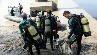 Todos los miemboros de la GEAS se disponen a subirse a la lancha de la que se precipitarán al agua.  Foto: Juan Carlos Muñoz
