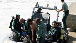 La Guardia Civil dirige a los buzos a la zona de búsqueda  Foto: Juan Carlos Muñoz