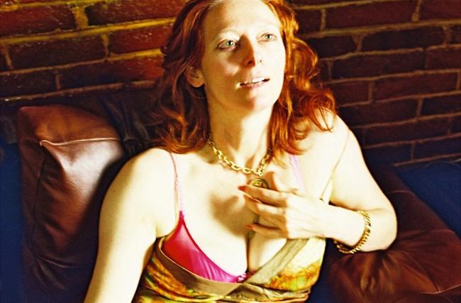 Julia (Tilda Swinton) tiene 40 años y es alcohólica. Es manipuladora, no se puede confiar en ella, mentirosa compulsiva, insegura bajo su flamante fachada. Entre tragos de vodka y citas de una noche, Julia sobrevive con pequeños trabajos. Cada vez más sola, las únicas atenciones que recibe provienen de su amigo Mitch (Saul Rubinek), que trata de ayudarla.
