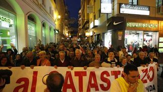 Miles de vecinos secundaron la llamada de sus colectivos en la mayor protesta en años./J. M. Quiñones