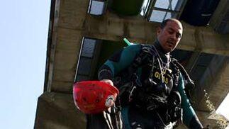 Trajes especiales, cascos, aletas y bombonas de oxígeno para poder realizar los trabajos de la forma más exhaustiva posible.  Foto: Juan Carlos Muñoz