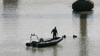 Una lancha de la Unidad de Buceo de la Guardia Civil ayudando a los buzos desde la superficie.  Foto: Juan Carlos Muñoz