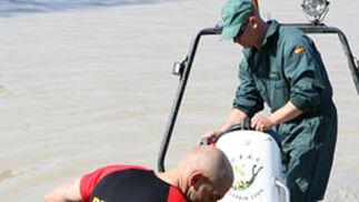 Un miembro de la Unidad de Rescate trata de anclar una de las lanchas de la Guardia Civil.  Foto: Juan Carlos Muñoz