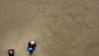 Vista desde arriba de dos buzos en pleno proceso de rastreo en rio en una imagen en la que se aprecia la turbidez del agua.  Foto: Juan Carlos Muñoz