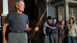 Walt Kowalski (Clint Eastwood), un trabajador del automóvil jubilado, ocupa su tiempo con reparaciones domésticas, cerveza y visitas mensuales al peluquero. Aunque el último deseo de su difunta esposa fue que se confesara, para Walt, un resentido veterano de la Guerra de Corea que mantiene su rifle M-1 limpio y listo, no hay nada que confesar. Aquellos a los que solía considerar sus vecinos se han trasladado o han fallecido y han sido sustituidos por inmigrantes hmong, del sudeste asiático, que él desprecia.