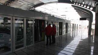 El metro junto al andén, desde donde los pasajeros accederán a su interior.  Foto: Jose Angel Garcia