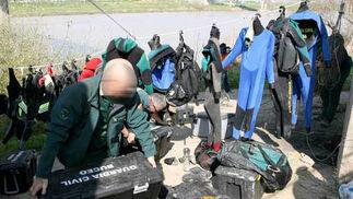 Un agente prepara todos los materiales necesarios para rastrear la zona del rio bajo el puente de Camas.  Foto: Juan Carlos Muñoz