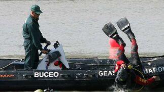 Un buzo rastreando ya en el agua y otro en pleno momento de inmersión.  Foto: Juan Carlos Muñoz