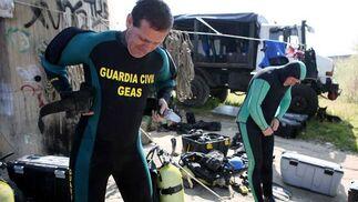 Los buzos de preparan para sumergirse con sus trajes especiales.  Foto: Juan Carlos Muñoz
