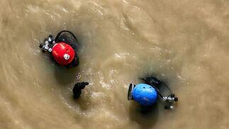 Uno de los buzos saca a superficie algo localizado en el agua.  Foto: Juan Carlos Muñoz