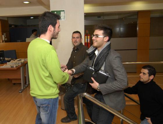 Los oponente en su llegada a la redacción, junto al redactor Francisco Torres. / Jesús Ochando  Foto: Jes?chando