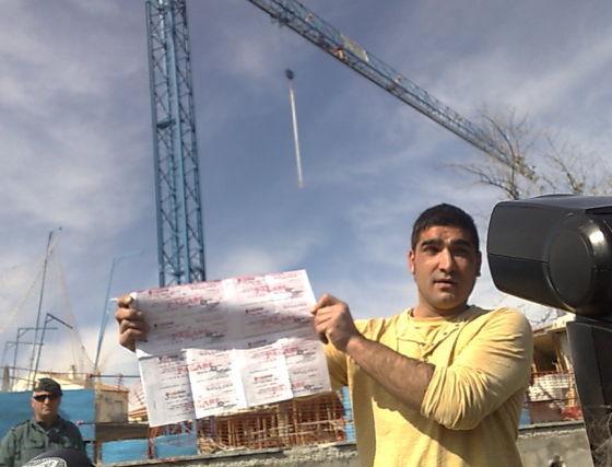 """Los manifestantes desplegaron una pancarta que decía: """"Estamos arruinados. ¿Quién defiende a las pymes de estos estafadores? Se quedan con el pan de nuestros hijos. ¿Dónde está la justicia?"""". / P. Torres  Foto: P. Torres"""
