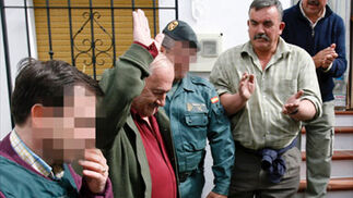 Los vecinos de Alcaucín despiden entre aplausos al alcalde, detenido por presuntos delitos de corrupción urbanística  Foto: EFE