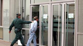 La Guardia Civil ha custodiado la entrada y la salida de todas las personas en la Diputación  Foto: Piqui Sánchez