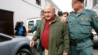 José Manuel Martín Alba, escoltado por dos agentes de la Guardia Civil, cuando ha sido detenido.   Foto: EFE