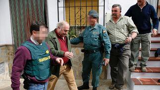 El alcalde de Alcaucín, acompañado de dos agentes.   Foto: Efe