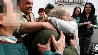 Los vecinos de Alcaucín se abrazan al regidor  Foto: EFE