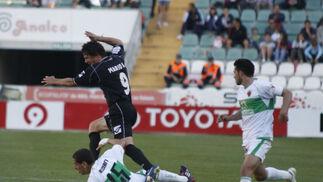 Acciari entra en falta a Mario Bermejo.  Foto: L.O.F.