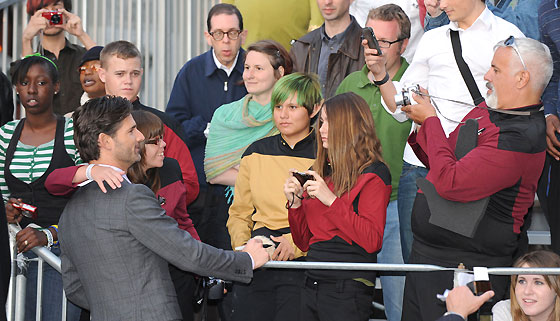 Eric Bana se fotografía con el público.  Foto: Reuters / AFP Photo / EFE