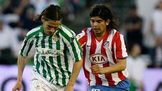 Banega corre detrás de Capi, quien controla el balón, para hacerse con él.  Foto: Antonio Pizarro