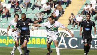 Bergantiños conduce la pelota ante la presión de un rival.  Foto: L.O.F.