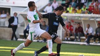 Bermejo se dispone a quebrar al defensa en la antesala del 0-1.  Foto: L.O.F.