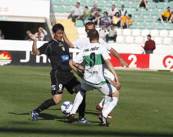 Bermejo, todo fuerza y pundonor, pelea un balón.  Foto: L.O.F.