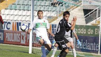 Calvo presiona la salida de balón de la defensa del Elche.  Foto: L.O.F.