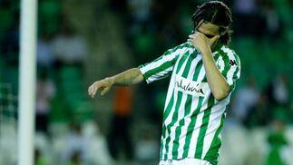 Capi se lamenta tras errar una jugada ante el portero rojiblanco.  Foto: Antonio Pizarro