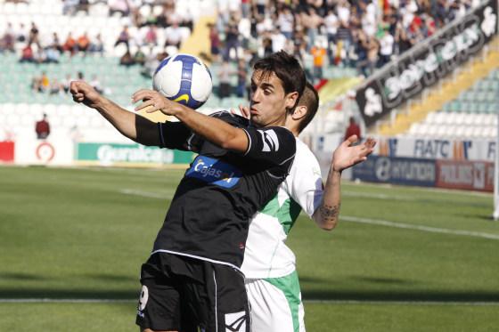 Carlos Calvo controla el balón con el pecho.  Foto: L.O.F.