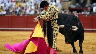 Ferrera desafía a su segundo toro de espalda y con el capote arrastrando por el albero.  Foto: Juan Carlos Muñoz
