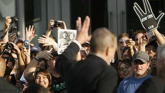 Leonard Nimoy saluda a los fans, que esgrimen guantes con el saludo vulcaniano e imágenes de Kirk y Spock en la serie original.  Foto: Reuters / AFP Photo / EFE