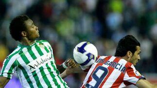 Nelson le hace una entrada a Luis García quien se cae al suelo.  Foto: Antonio Pizarro