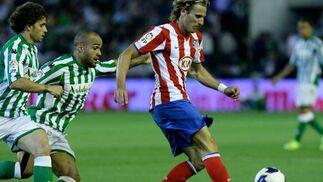 Odonkor corre tras Forlán quien controla el balón.   Foto: Antonio Pizarro