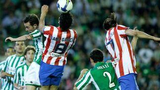 Raúl García salta para conseguir el balón ante la mirada de varios rivales.  Foto: Antonio Pizarro