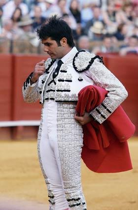 Salvador Vega observando la muerte de su primer toro.  Foto: Juan Carlos Muñoz