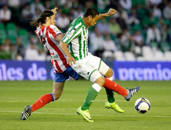 Ujfalusi le hace una entrada a Oliveira para hacerse con el esférico.  Foto: Antonio Pizarro